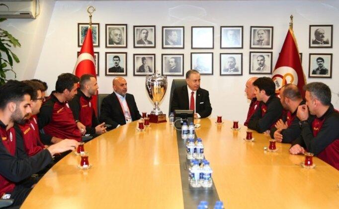 Kupa şampiyonu voleybolcular, Mustafa Cengiz'i ziyaret etti