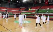 Karşıyakalı voleybolcular, meme kanseri farkındalığı için kadın doktorlarla maç yaptı
